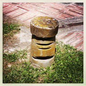 écluse de Renneville pierre de halage, quai recouvert de briquettes