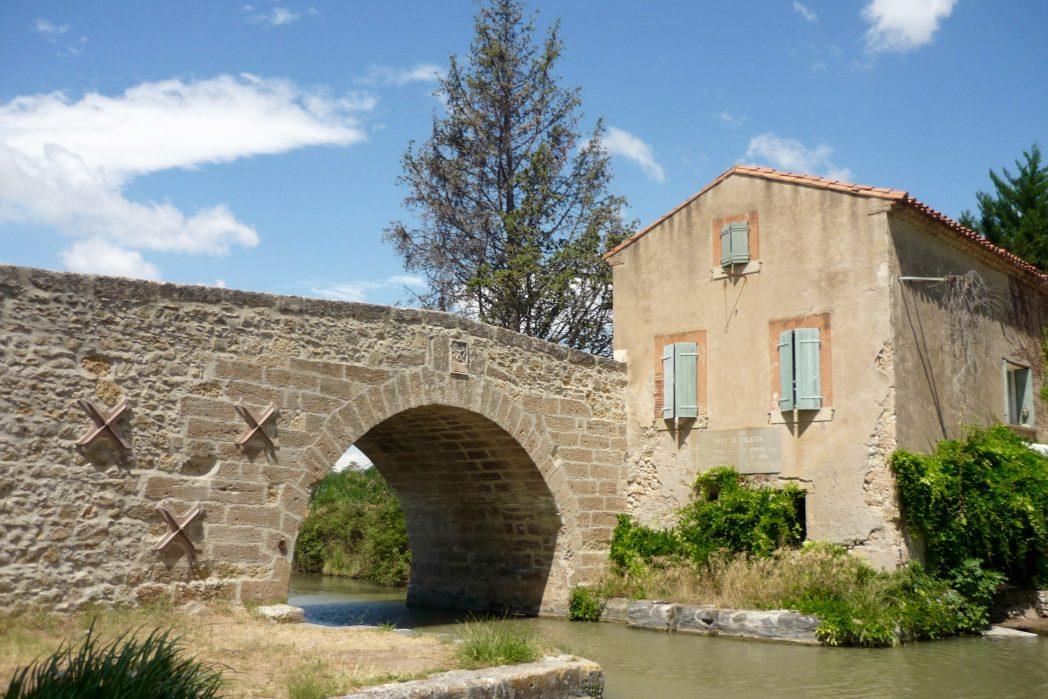 le pont de pigasse et l'ancienne auberge d'étape sur le canal du midi