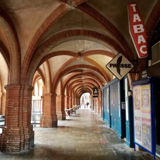 différentes vues de la place nationale de montauban, de ses commerces et ses arcades