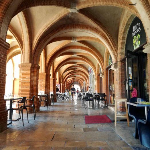 vue de la place nationale de montauban, de ses commerces et ses arcades