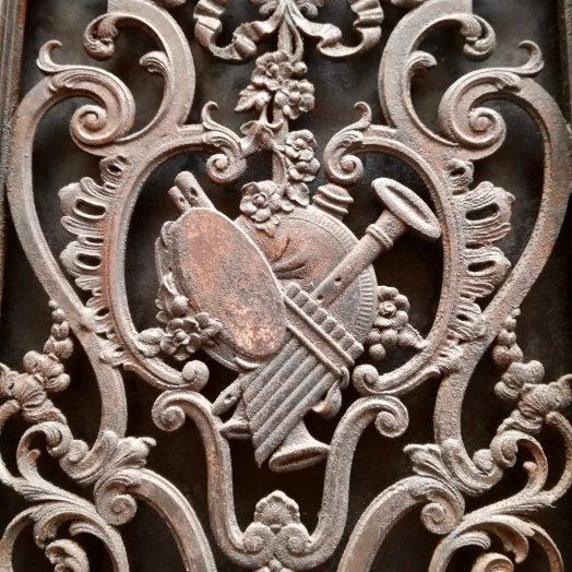 ferronnerie sur le thème de la musique sur une porte à montaubann cornemuse, flûte de pan et tambourin