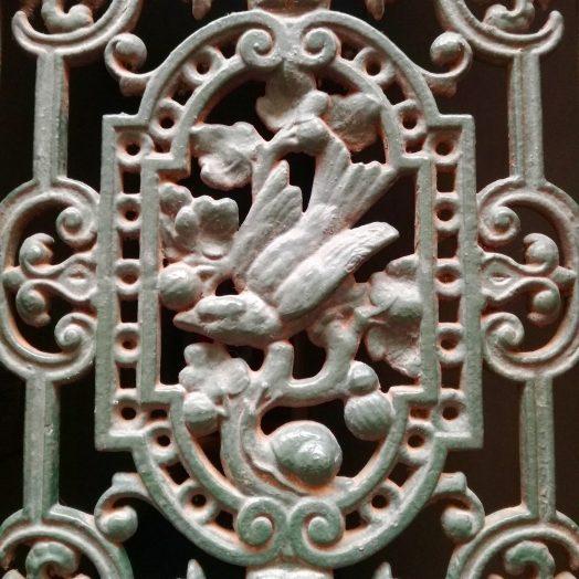 alouette et escargot, ferronnerie sur une porte