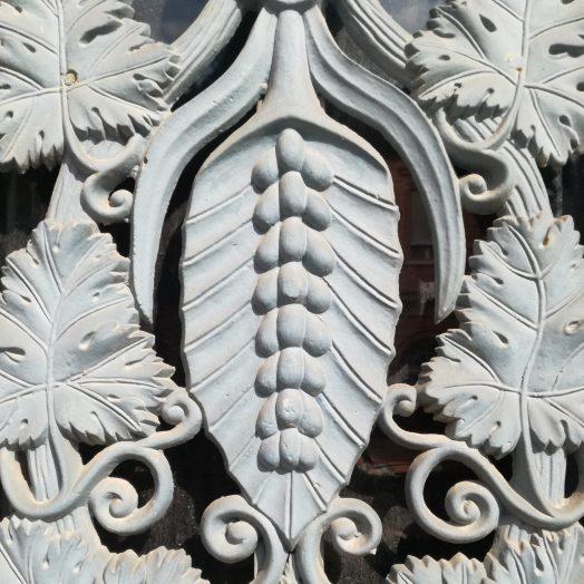 détail ferronnerie sur les portes du palais de justice de montauban, place du coq