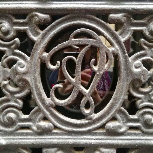 monogramme en ferronnerie sur une porte, montauban, rue d'élie