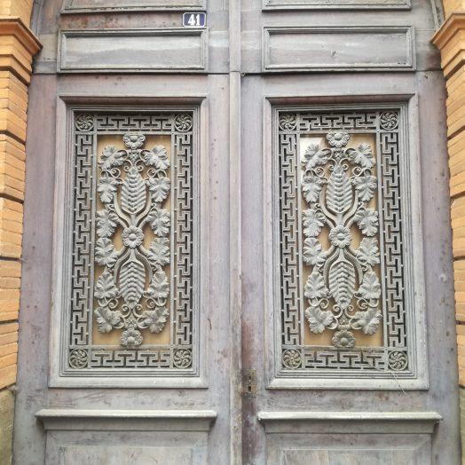 ferronnerie sur les portes du palais de justice de montauban, place du coq