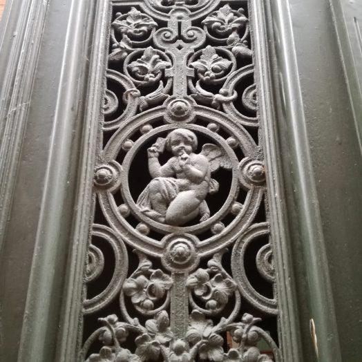 ange tenant une lettre secrète, ferronnerie sur une porte montauban