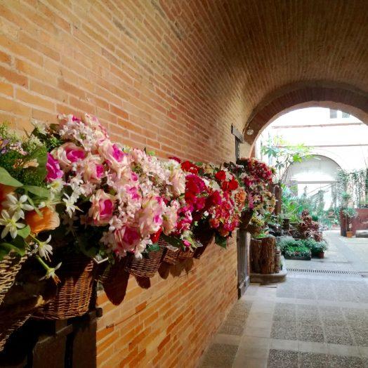 cour intérieure dans le centre de montauban magasin de fleuriste