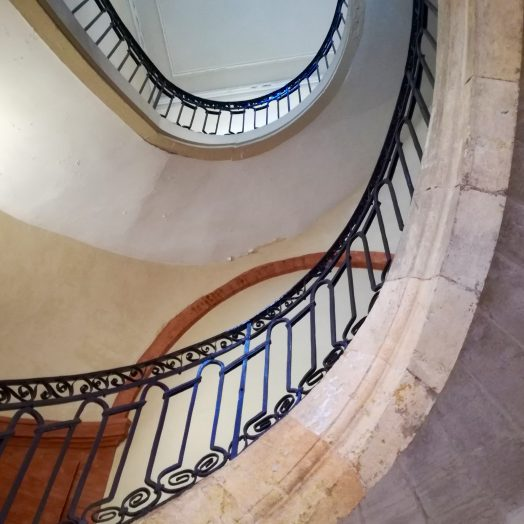 détail d'une gage d'escaliers cour intérieure dans le centre de montauban