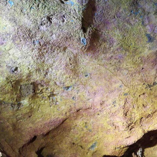 roche jaune rose et bleu grotte du bosc tarn et garonne